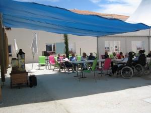 La Jarne 2009 Animation l'après midi. L'animatrice m'indiquait que souvent 2 ou 3 personnes restaient après le repas . Cet après midi il y avait environ 20 personnes