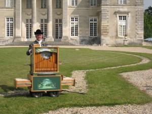 L'accueil des visiteurs est assuré par l'orgue barbarie.  Seule imposition : ne jouer que des musiques de compositeurs du XVIII°
