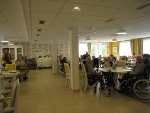 Cette très belle maison de retraite dispose d'une superbe salle de repas . La encore les résidents ont des degrés  d'indépendance très différents. ne nouvelle fois les contacts que nous avons pu avoir nous ont beaucoup remerciés de notre participation.